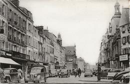 Fontainebleau (77) : CPSM La Rue Grande Et Hôtel De Ville. Au 1er Plan Simca 8 De 1939 Transformée En Camionnette. - Fontainebleau