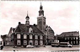"AK & Carte Postale Semi-Moderne Leer (Ostfriesland) Waage Und Rathaus - Auto & Camion, Rathaus Und ""Alte Waage"" In Leer - Leer"