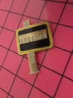 513h Pin's Pins / Beau Et Rare : Thème MARQUES / PANNEAU D'AFFICHAGE URBAIN GIRAUDY - Marche