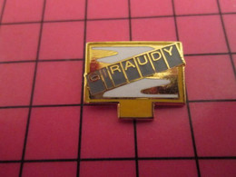 713h Pin's Pins / Beau Et Rare : Thème MARQUES / PANNEAU D'AFFICHAGE URBAIN GIRAUDY Qui Embellit Toutes Nos Entrées De V - Marche