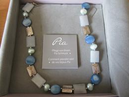 Collier Fantaisie PIA Jewellery Composé De Perles Et Pierres Diverses Dans Les Tons Bleu/vert - TBE Dans Son Coffret - Collane/Catenine