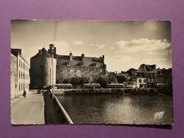 29   CPSM Petit Format De PONT L'ABBÉ   Le Château Sur L'Etang    Plan Avec Bus   (voir Verso)    Très Bon état - Pont L'Abbe