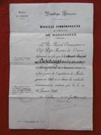 MEDAILLE COMMEMORATIVE EXPÉDITION DE MADAGASCAR 1896 A DESCHAMPS 19 REGIMENT INFT MARINE - Documenti