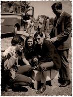 Photo Originale Voyage En Autocar & Pause Pipi Avec Grands Gamins Posant Sur Un Jeu D'Enfant Train De Bois 1960/70 - Personas Anónimos