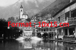 Reproduction Photographie Ancienne D'un Bus Traversant Fluelen Inondé En Suisse En 1930 - Riproduzioni