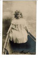 CPA Carte Postale-Pays Bas Fantaisie Une Fillette Assise Dans Une Barque 1903-VM27932b - Taferelen En Landschappen