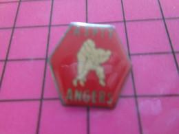 713f Pin's Pins / Beau Et Rare : Thème SPORTS / JUDO ASPTT ANGERS BAGARRE EN PYJAMA ! Des Nouvelles De WWAA ? - Judo