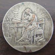 Médaille Anépigraphe En Bronze Argenté - Femme Assise Lisant Un Livre - Non-attribuée - Vers 1900 - Professionals/Firms