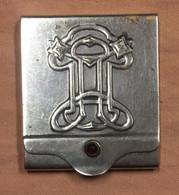étuit à Pochette D'allumettes. En Metal Chromé. Gravé à L'intérieur: Paillard / Soupers?! 5 X 6 Cm. 32 Gr - Scatole Di Fiammiferi