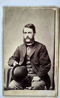 Photo CDV USA - Homme Assis Grandes Bacchantes Chapeau Melon - Autographe 1867 - Iowa - En L' état - Ancianas (antes De 1900)