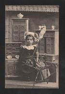 Distraction De Petite Fille Bretonne .. être A Son Rouet  Devant Meuble Modèles Réduit  édit Quimper ( TTB ETAT) Y_ 410 - Non Classés