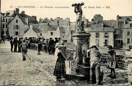 Douarnenez * La Fontaine Monumentale Du Grand Port * Villageois * Rue - Douarnenez