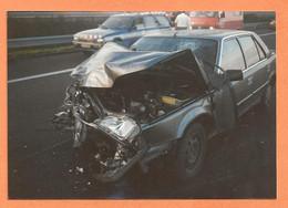PHOTO ORIGINALE 1990 - ACCIDENT DE VOITURE RENAULT 25 R 25 R25 - PEUGEOT 505 BREAK De GENDARMERIE - CRASH CAR - Auto's