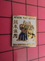 819 Pin's Pins / Beau Et Rare : Thème SPORTS / JUDO KARATE ET AUTRES BAGARRES EN PYJAMA CHARENTES-POITOU - Judo