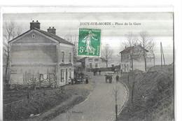 JOUY SUR MORIN   PLACE DE LA GARE      CAFE TERRASSE  COULEURS PERSONNAGES   DEPT 77 - Autres Communes