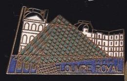 69907- Pin's.Le Palais Du Louvre Est Un Ancien Palais Royal . Paris Sur La Rive Droite - Villes