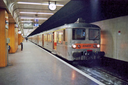 Paris (75 - France). 01/03/1992 - Gare De Paris Lyon (gare Souterraine) Automotrice Z.5300 - Stations With Trains