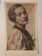 Photo Vintage. Original. Mode. Une Fille Avec Une Belle Coiffure Et Une Belle Robe. Lettonie D'avant-guerre - Objetos