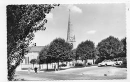 SAINT PAIR SUR MER EN 1966 - N° 1670 - L' EGLISE AVEC VIEILLES VOITURES - FORMAT CPA VOYAGEE - Saint Pair Sur Mer