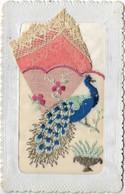 CPA  CARTE BRODEE SOIE OISEAU PAON AVEC POCHETTE ORANGE - Embroidered