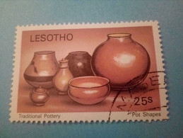 LESOTHO - Timbre De 1980 : Poteries Traditionnelles - Formes De Pots - Lesotho (1966-...)