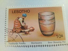 LESOTHO - Timbre De 1980 : Poteries Traditionnelles - Pot De Brassage De Bière - Lesotho (1966-...)