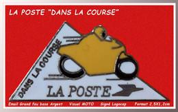 """SUPER PIN'S """"LA POSTE"""" : """"LA POSTE Dans LA COURSE"""", Visuel MOTO En émail Grand Feu Base Argent, Signé Logocap  2,5X1,2cm - Poste"""