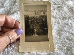 Photo Noir Et Blanc Photos D'enfants Fille Toute Nue à Côté D'arbres Derrière Elle Des Maisons Les Mains Derrière Elle - Persone Anonimi