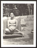 Pretty Bikini Woman Girl On Beach Old Photo 12x9 Cm #24926 - Anonyme Personen