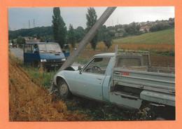 PHOTO ORIGINALE - ACCIDENT DE VOITURE PEUGEOT 504 BENNE - RENAULT TRAFIC DE GENDARMERIE - CRASH CAR - Auto's