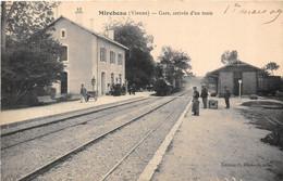 86-MIREBEAU- GARE- ARRIVEE D'UN TRAIN - Mirebeau