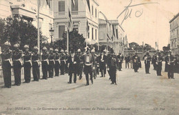 H0203 - MONACO - Le Gouverneur Et Les Autorités Sortant Du Palais Du Gouvernement - Altri