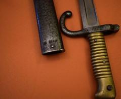 MÊME NUMÉROS, BAÏONNETTE 1866 CHASSEPOT - Knives/Swords