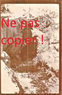 PHOTO FRANCAISE - POILU DANS UN ABRI A PARGNY FILAIN PRES DE CHAVIGNON - NONAMPTEUIL AISNE 1917 - GUERRE 1914 1918 - 1914-18