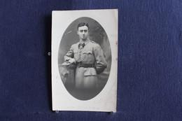 PH 350 - Photographe P. Valk, Nancy - Carte Photo D'un Jeune Militaire En Uniforme Appuyé Sur Le Coin D'un Meuble - - Personaggi