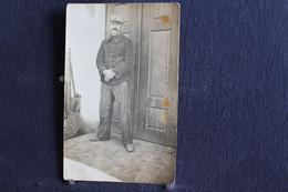 PH 351 - Carte Photo D'un Militaire En Uniforme Debout Devant Une Porte - A Définir - Personaggi