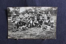 PH 352 - Carte Photo D'un Groupe De Militaires En Uniforme Au Repos Dans Un Champ - A Définir - Personaggi
