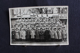 PH 353 - Carte Photo D'un Groupe De Militaires En Uniforme Debout Devant Un Bâtiment Salle De Récréation - 15ème R.A.? - Personaggi