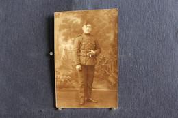PH 355 - Carte Photo D'un Militaire En Uniforme Tenant Une Cigarette à La Main - A Définir - Personaggi