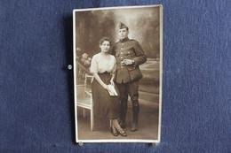 PH 357 - Carte Photo D'un Jeune Militaire En Uniforme Accompagné D'une Jeune Femme - A Définir - Personaggi