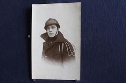 PH 359 - Carte Photo D'un Jeune Militaire En Uniforme Avec Un Casque Sur La Tête - A Définir - Personaggi