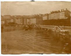 Snapshot Photo Ancienne Quai 69 LYON ? Rhône Saone à Situer Identifier Colle Et Papier Au Dos Sepia - Places