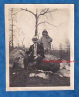 Photo Ancienne Snapshot - Fôret De FONTAINEBLEAU - Beau Portrait D'un Homme & Sa Fille - Enfant Chapeau Costume Rocher - Places
