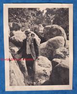 Photo Ancienne Snapshot - Fôret De FONTAINEBLEAU - Beau Portrait Homme & Sa Fille Sur Les Rochers Enfant Chapeau Costume - Places
