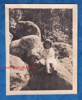 Photo Ancienne Snapshot - Fôret De FONTAINEBLEAU - Beau Portrait Petite Fille Sur Les Rochers Enfant Chapeau Costume - Places