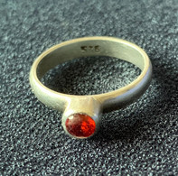 Zilveren Ring Met Oranjerood Steentje - Zilvermerk 925 - Anelli