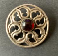 Vintage Zilveren Schotse/Keltische Broche/pin Met Donkerrood  Steentje - Zilvermerk 925 - Spille