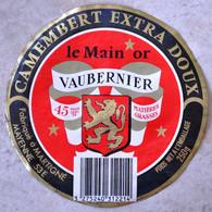 Etiquette De Camembert Le Main Or Vaubernier Fabriqué à Martigné - Quesos