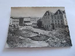 MONTAUBAN ( 82 Tarn Et Garonne ) LA PREFECTURE ET LA PLACE  ANIMEES  COMMERCES VOYAGEE 1954 - Montauban