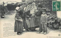 CPA 85 Vendée AUX MARAIS VENDEENS PARTS DE FOIRE DES PETITS MARAICHINS Enfants Costumes Folklore - Zonder Classificatie
